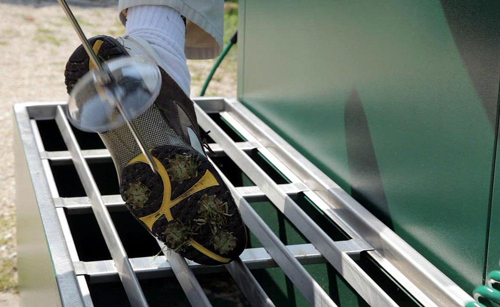 Reinigung der Golfschuhe mit Druckluft. Foto: PR.