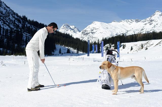 Abschlag beim Wintergolf Cup 2011. Foto: JAmes Schriebl.