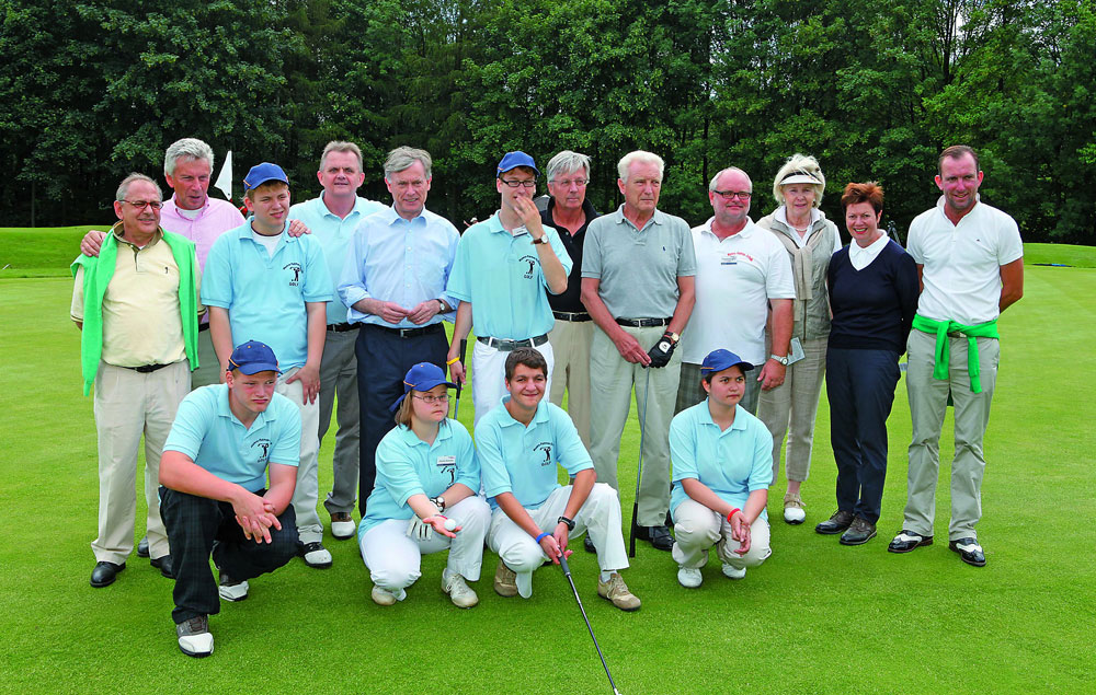 Aus dem Engagement des Bielefelder Golfclubs für junge Menschen mit geistiger Behinderung ist ein Stützpunkt der Landes NRW gewachsen. Horst Köhler (5.v.l.) hatte ihn zu seiner Dienstzeit besucht und er eine Partie zugesagt. Dieses Versprechen hat er kürzlich eingelöst.
