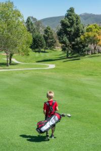 5-jähriger auf dem Golfplatz. Golfen mit Kindern